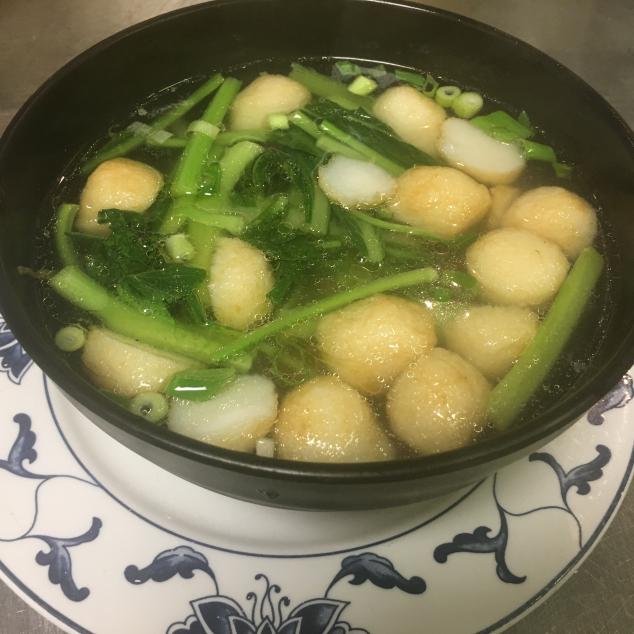 鱼丸汤面Visballetjes soep met bami