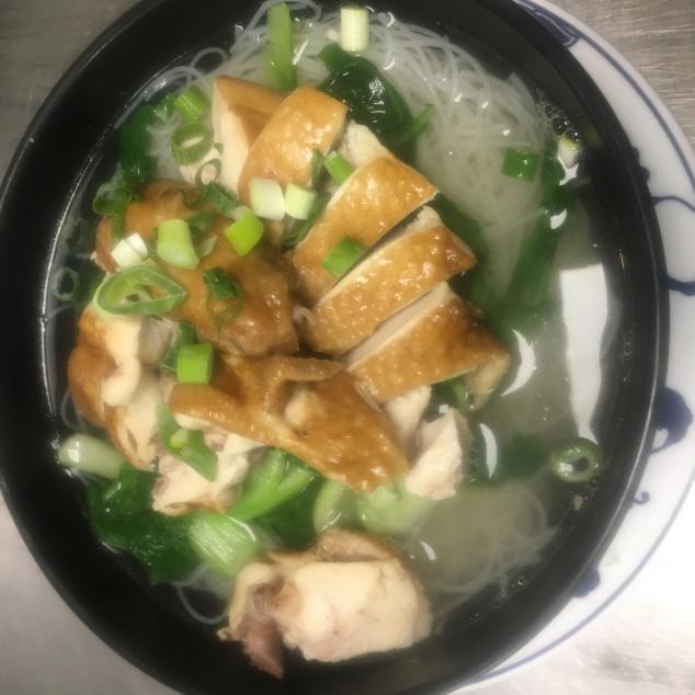 油鸡汤河粉Sojakip met rijststick soep