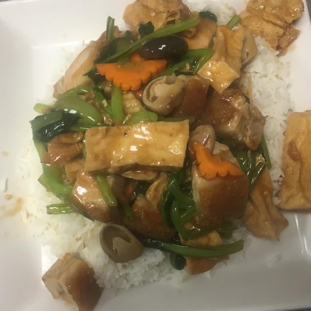 枝竹豆腐火腩饭 Witte rijst  met bonenvel, tahoe en spek